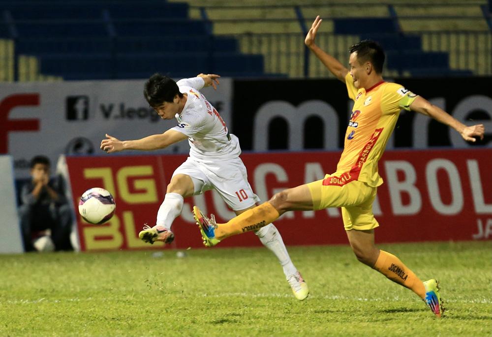 Công Phượng (trái) và các đồng đội ở HAGL là những người chịu thiệt lớn nhất khi V-League không thể tiếp tục. Ảnh: VPF.