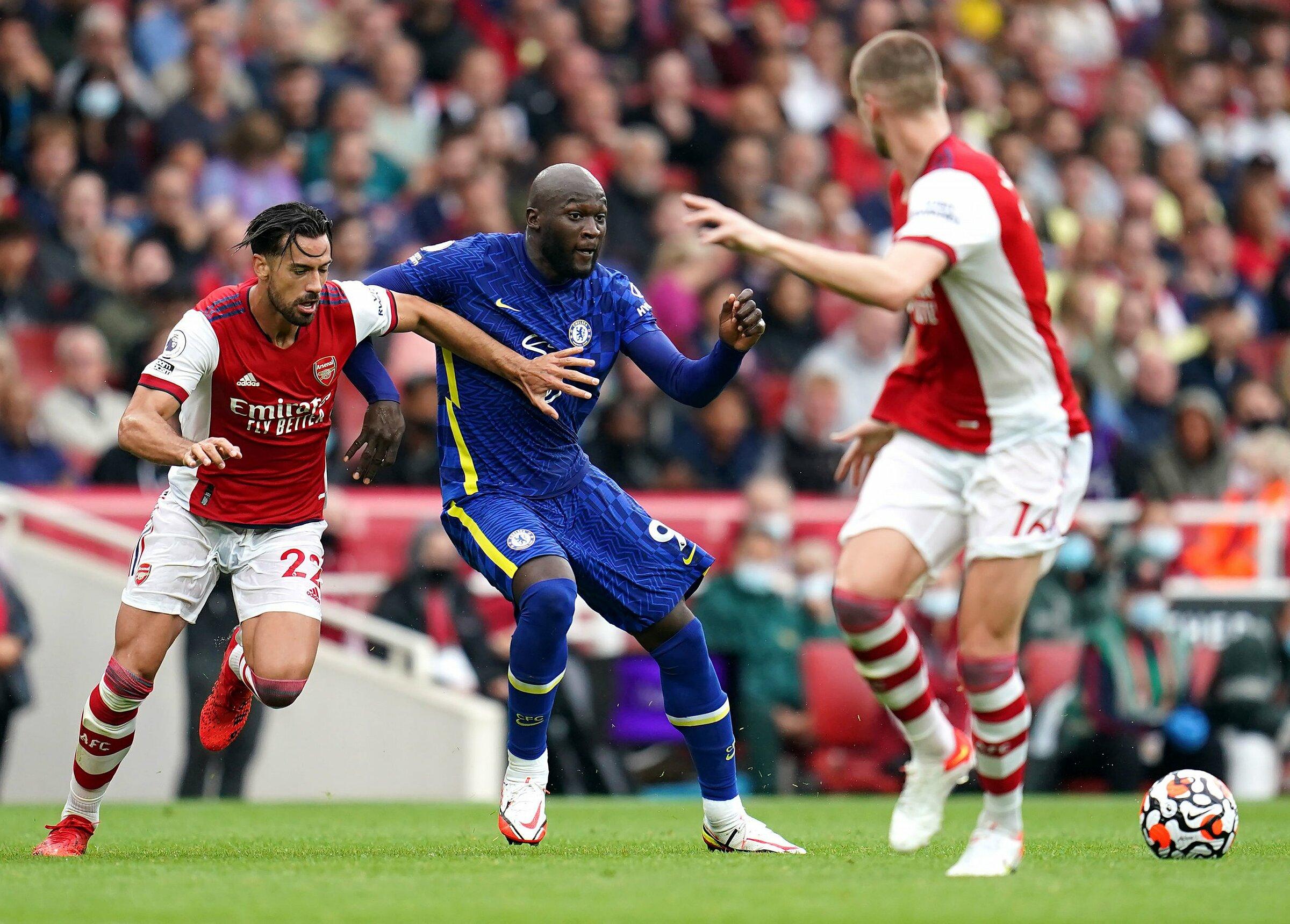 Tốc độ, sức càn lướt, khả năng che chắn bóng, tì đè của Lukaku khiến cặp trung vệ Arsenal - Pablo Mari, Rob Holding - liên tục đối phó vất vả. Ảnh: PA Images