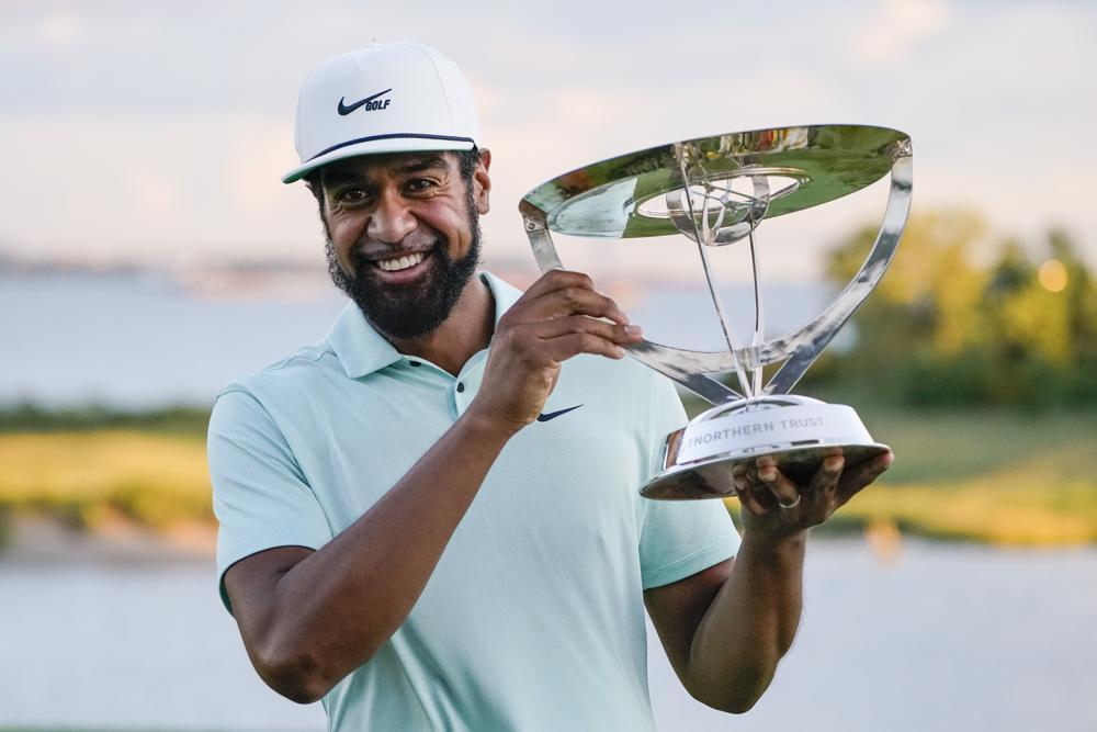 Finau nâng cúp vô địch Northern Trust, giải cơn khát danh hiệu trên PGA Tour năm năm qua. Ảnh: AP
