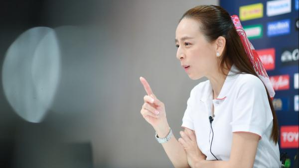 Nualphan là nữ lãnh đội đầu tiên trong lịch sử đội tuyển quốc gia nam Thái Lan. Ảnh: Thairath