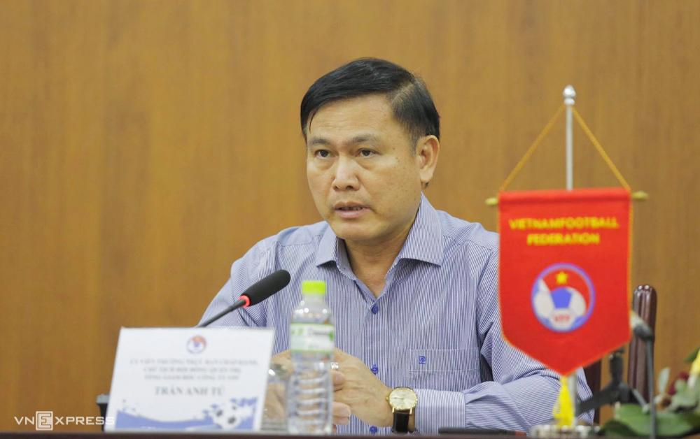 Ông Trần Anh Tú, Chủ tịch HĐQT VPF trả lời họp báo ở trụ sở Liên đoàn Bóng đá Việt Nam chiều 28/7. Ảnh:Lâm Thoả.
