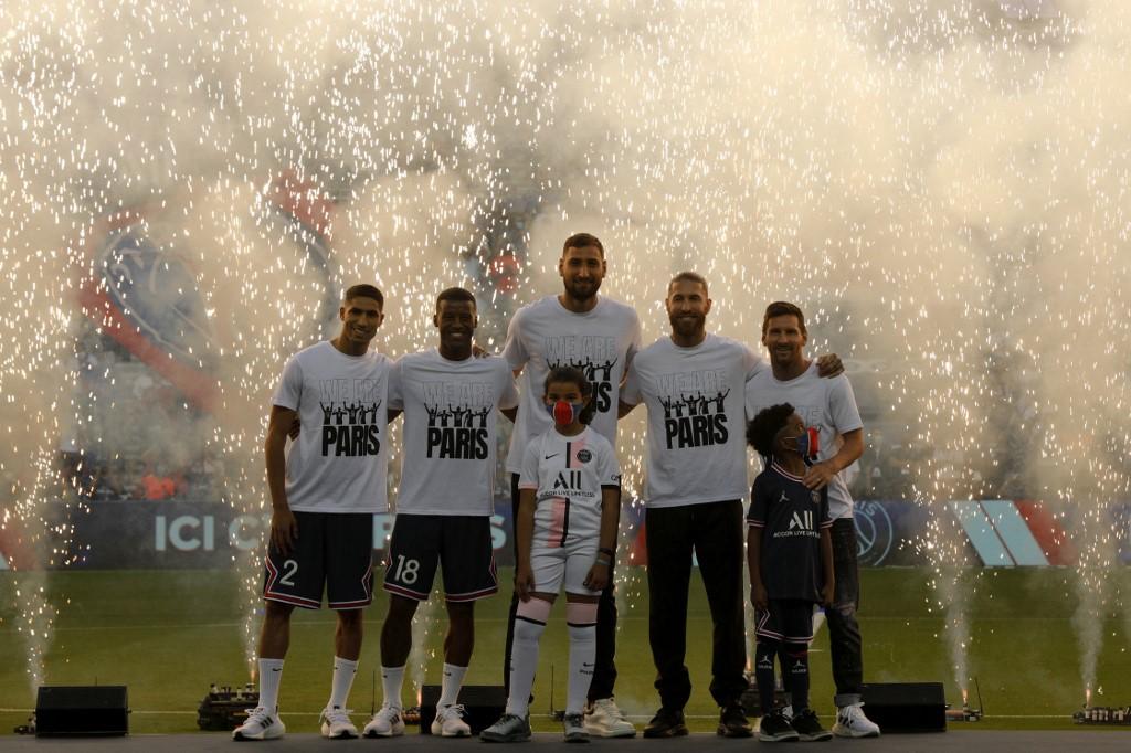 เมสซี่ (ขวาสุด) และกลุ่มน้องใหม่เปิดตัวที่ PSG เมื่อวันที่ 14 สิงหาคม  ภาพ: AFP