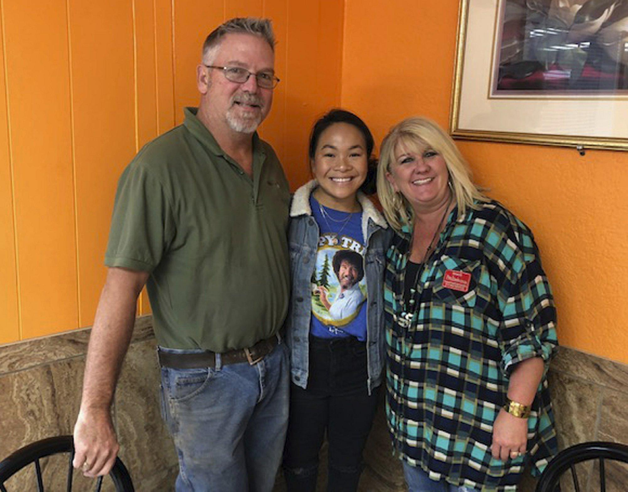 Shepherd bên cha mẹ nuôi, những người đã tới một trại trẻ mồ côi ở Đà Nẵng để nhận nuôi cô vào tháng 11/2004. Ảnh: People