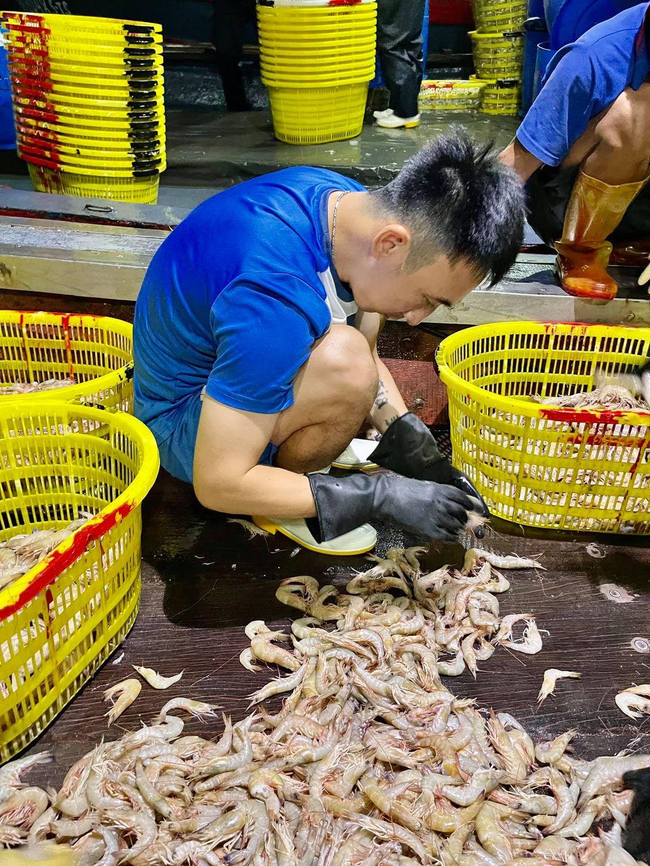 Bị nợ lương rồi V-League nghỉ, Hải Huy phải phụ giúp gia đình buôn bán hải sản. Ảnh: NVCC