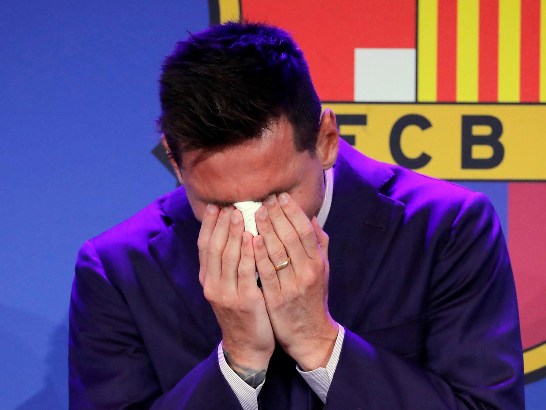 Chiếc khăn giấy Messi lau nước mắt trong họp báo chia tay Barca được rao bán đấu giá với 1 triệu USD. Ảnh: EPA
