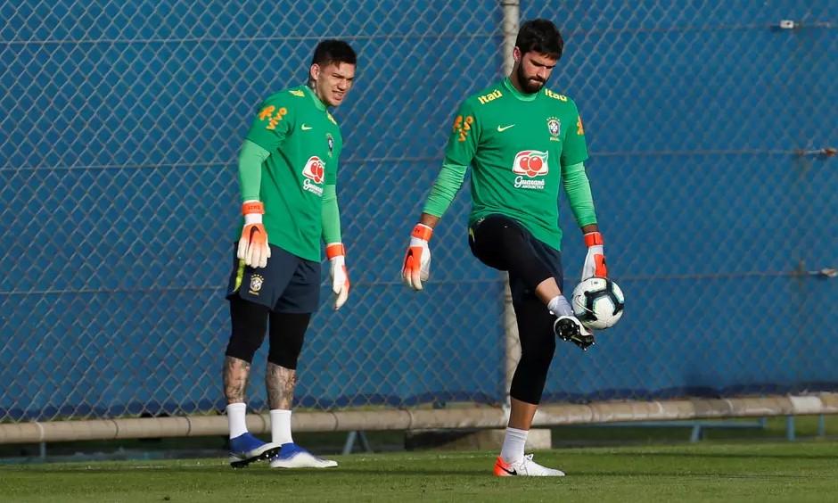 Ederson và Alisson, hai thủ môn đang khoác áo Man City và Liverpool, sẽ không được trở về thi đấu cho tuyển Brazil. Ảnh: Reuters.