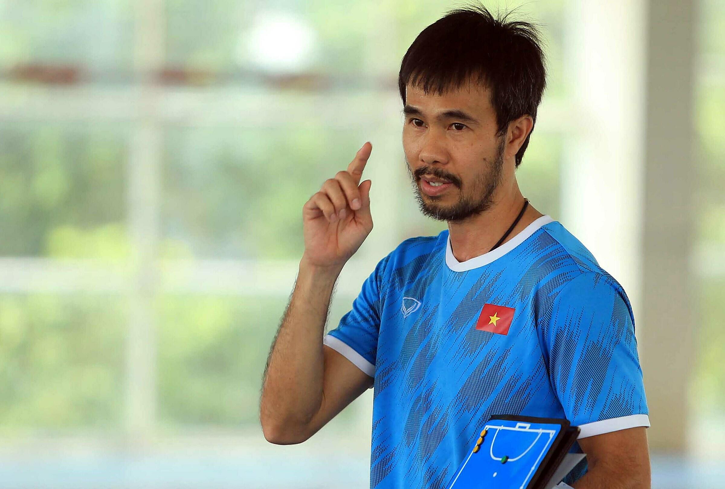 HLV Phạm Minh Giang đã nghiên cứu rất kỹ các đối thủ ở VCK FIFA Futsal World Cup 2021 để mong giúp Việt Nam vượt qua vòng bảng. Ảnh: Đoàn Huynh