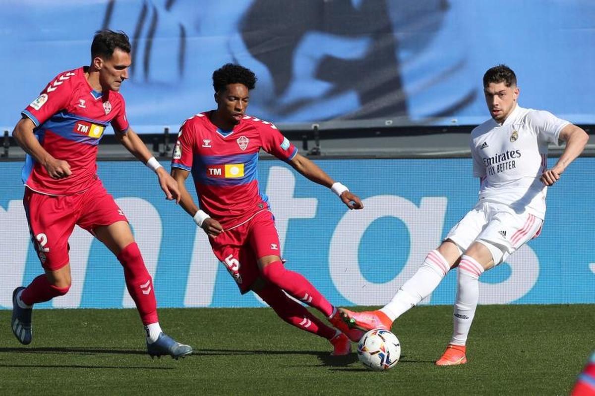 Real xác định Valverde (áo trắng) là trụ cột trong tương lai. Ảnh: EFE.