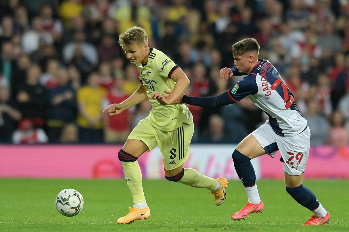 Odegaard vượt qua một cầu thủ West Brom, trong trận đấu áp đảo hoàn toàn của Arsenal. Ảnh: Reuters