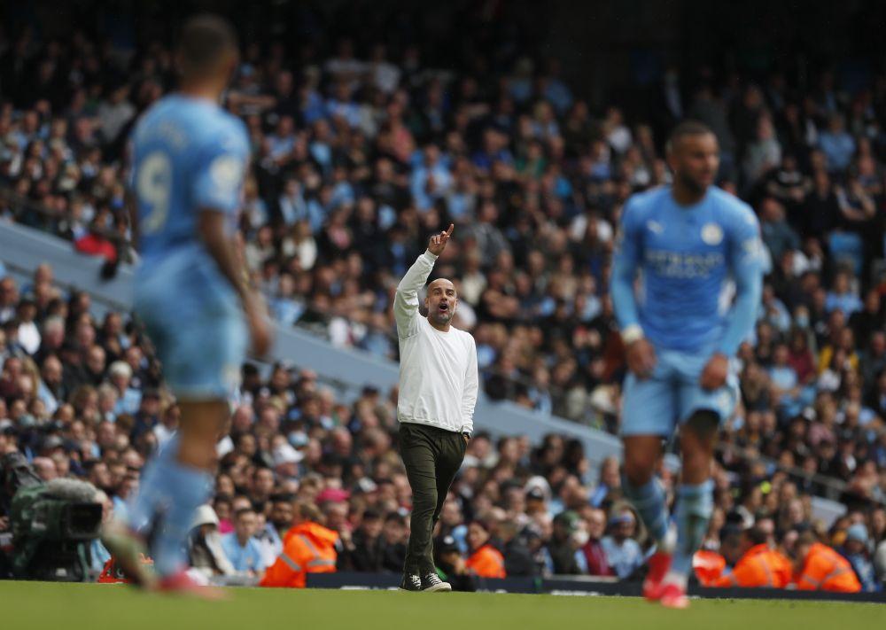 Guardiola (áo trắng) chỉ đạo Man City trong trận thắng Norwich 5-0 hôm 21/8. Ảnh: Reuters.
