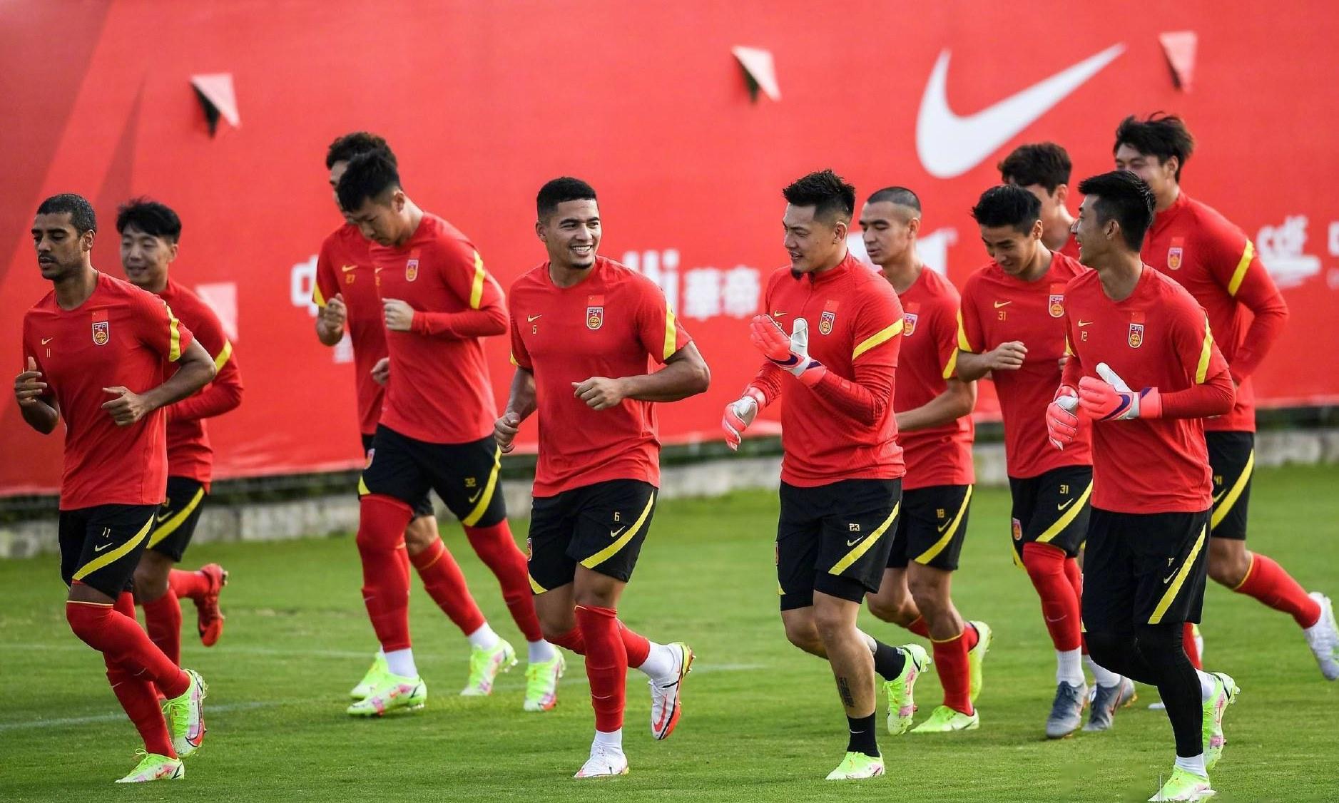 Các tuyển thủ Trung Quốc trên sân tập chiều 25/8. Ảnh: Sohu