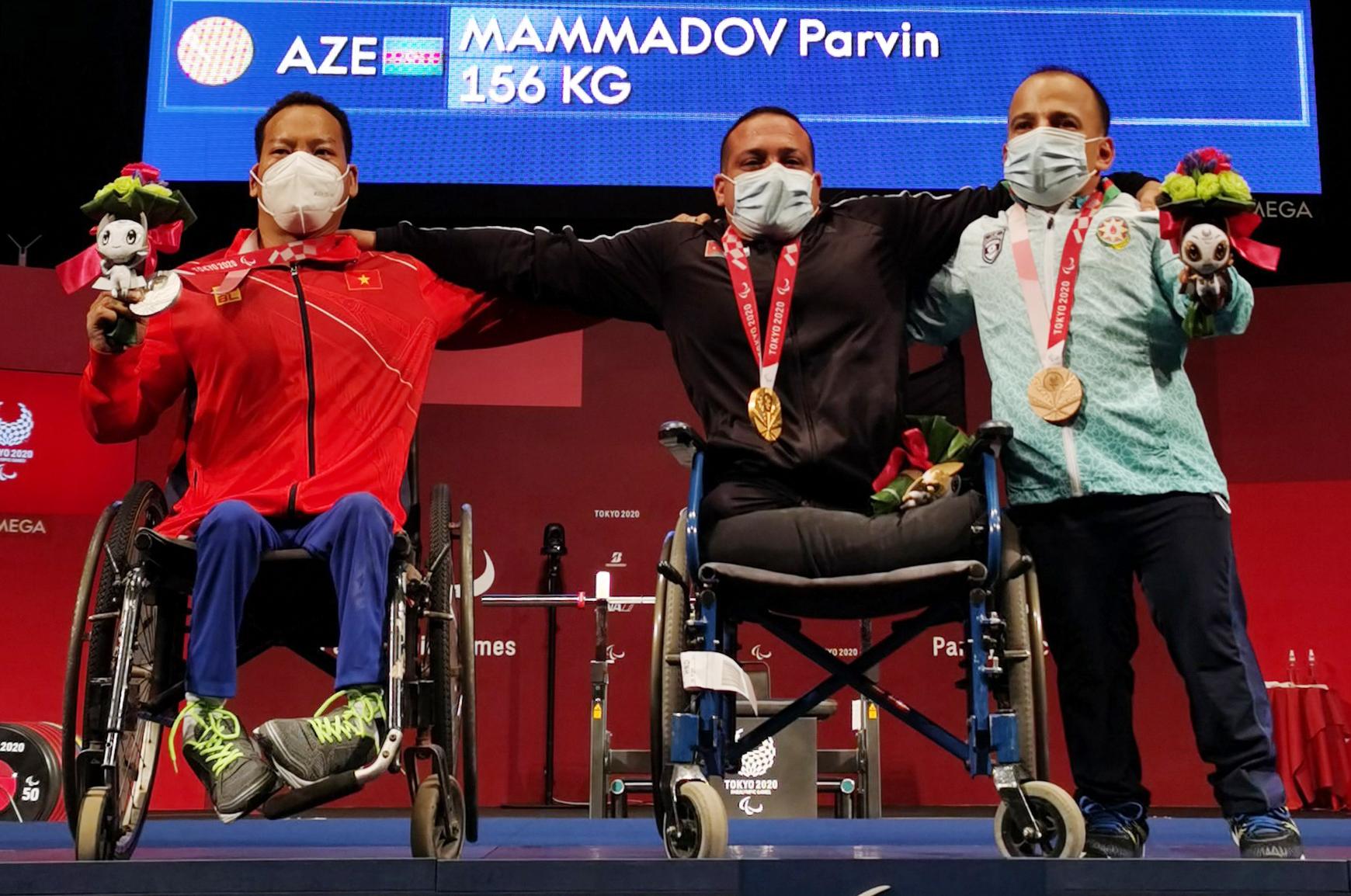 Lê Văn Công (trái) trên bục nhận HC bạc cùng các đối thủ tại nội dung cử tạ 49kg của nam ở Paralympic Tokyo 2020, sáng 26/8. Ảnh: Đoàn TTVN