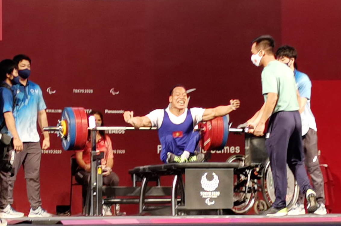 Le Van Cong broke down when he successfully lifted the weight of 173kg, but he then had to receive a silver medal because he was 0.1kg heavier than his opponent.  Photo: TTVN Union