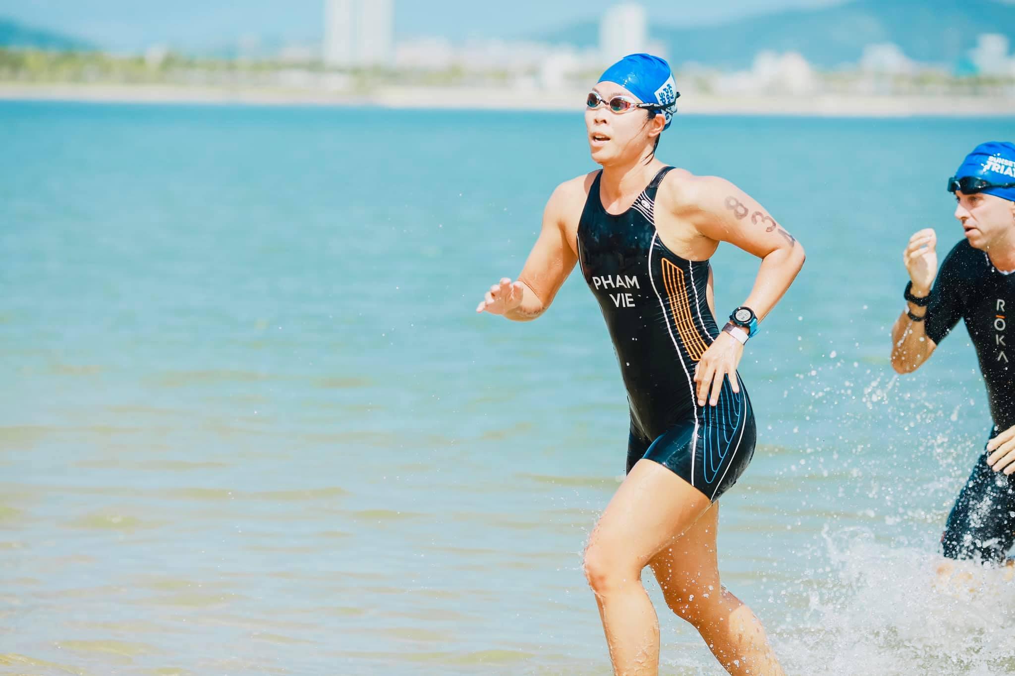 HLV Phạm Thuý Vi trong lần cùng đội triathlon Việt Nam dự Sunset Bay Triathlon 2020. Ảnh: SBT