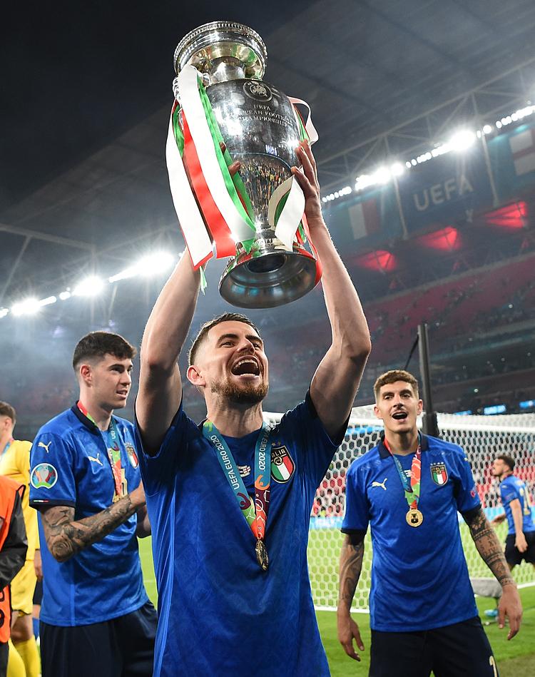 จอร์จินโญ่ชูถ้วยยูโรกับทีมอิตาลี  ภาพ: Reuters