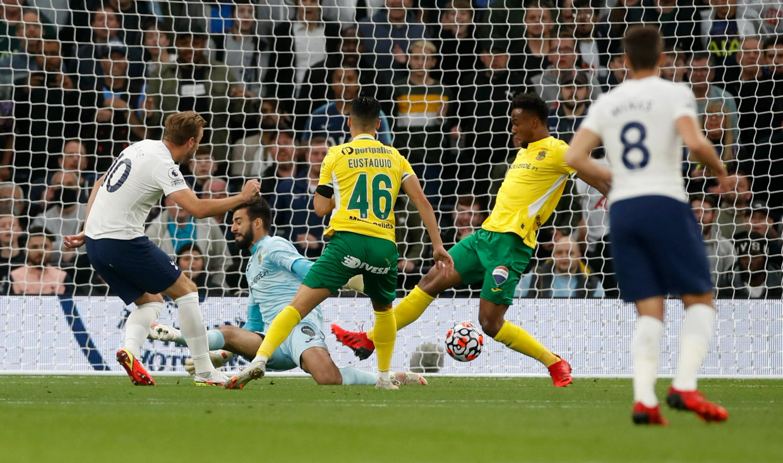 Kane lấy lại cảm giác bóng và bản năng săn bàn với hai pha chớp thời cơ trong trận thắng Pacos de Ferreira. Ảnh: Reuters