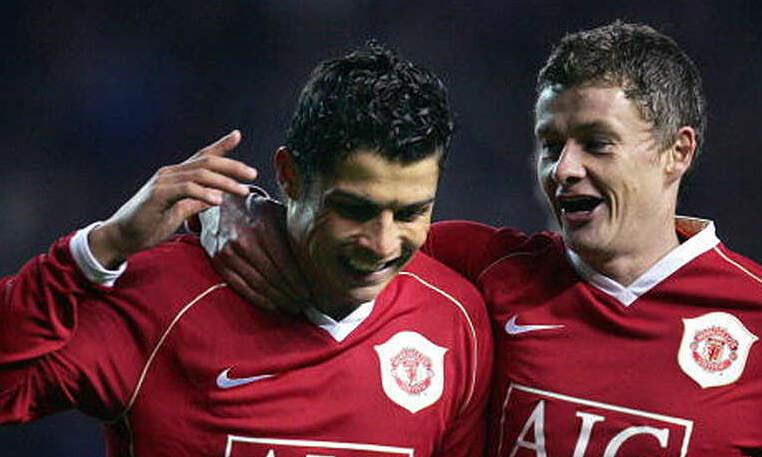 Solskjaer (phải) từng là đồng đội của Ronaldo ở Man Utd.