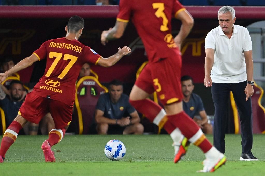 Mourinho chỉ đạo các cầu thủ AS Roma ở trận ra quân Serie A gặp Fiorentina hôm 22/8. Ảnh: AFP