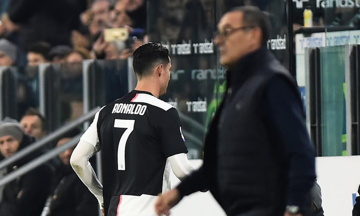 Thái độ bất tuân, vượt lên trên tập thể của Ronaldo thể hiện từ thời Sarri. Trong ảnh là khoảnh khắc anh vùng vằng bỏ vào phòng thay đồ sau khi bị Sarri rút khỏi sân trong trận Juventus - Milan ở vòng 12 Serie A mùa 2019-2020. Ảnh: Reuters