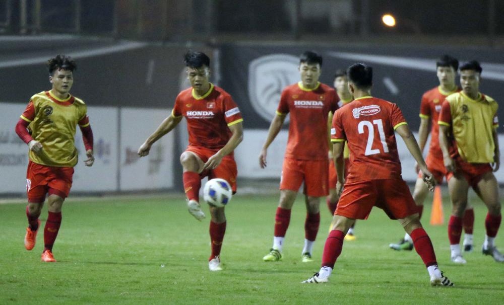 "Nguyen Thanh Chung (เล่นฟุตบอล) กลับมาช่วยโค้ช Park Hang-seo รักษาอาการปวดศีรษะของเขาด้วยปัญหาของตัวรับ  ภาพถ่าย: ""VFF ."""