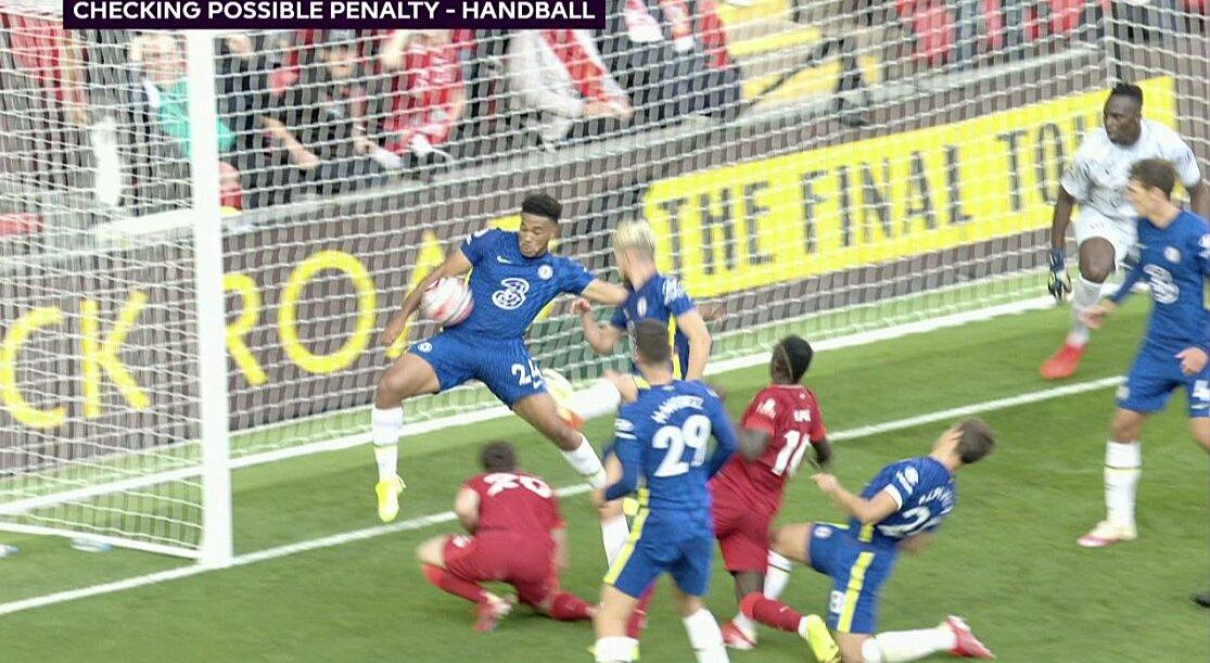 Tình huống bóng chạm tay James trên vạch vôi cầu môn Chelsea. Ảnh: chụp màn hình