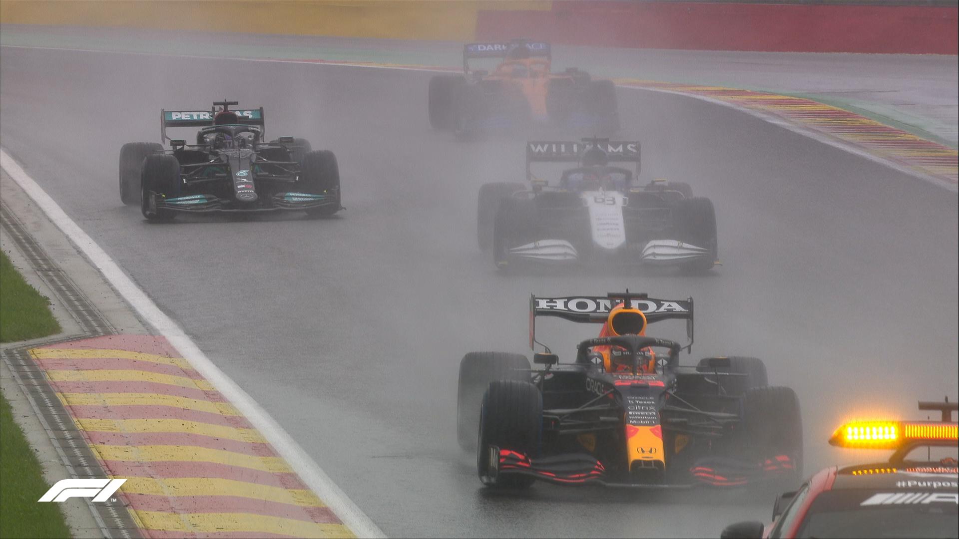 Tầm nhìn hạn chế vì mưa lớn tại Spa-Francochamps khiến các tay đua phải chạy theo xe an toàn ở vòng đua đầu. Ảnh: F1