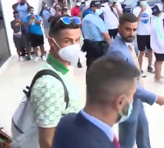 Ronaldo tại sân bay Lisbon hôm 27/8. Ảnh: Sky Sports