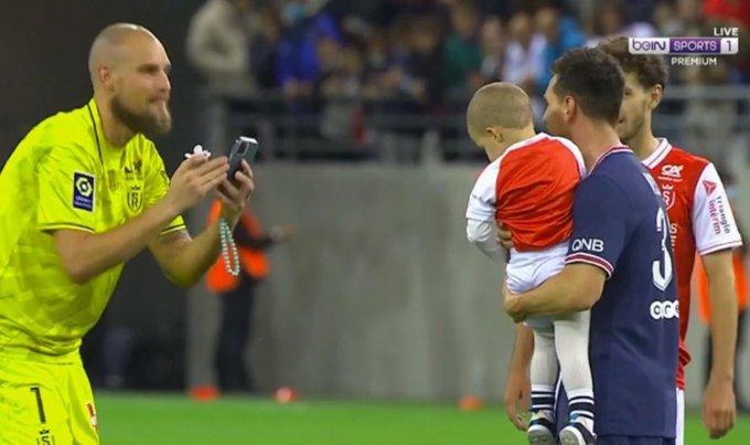"""ผู้รักษาประตู Rajkovic ถ่ายรูปลูกชายและ Messi ของเขา  ภาพถ่าย: """"Beinsports"""""""