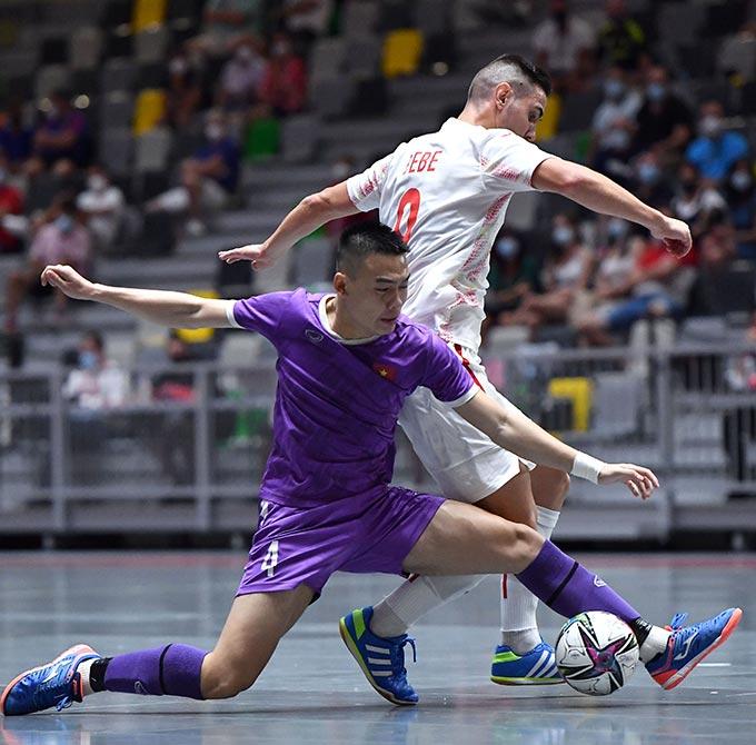 """ก่อนหน้าทีมอันดับหนึ่งของโลก เวียดนาม (เสื้อน้ำเงิน) เล่นแนวรับเป็นหลักและทำประตูไม่ได้  ภาพถ่าย: """"VFF ."""""""