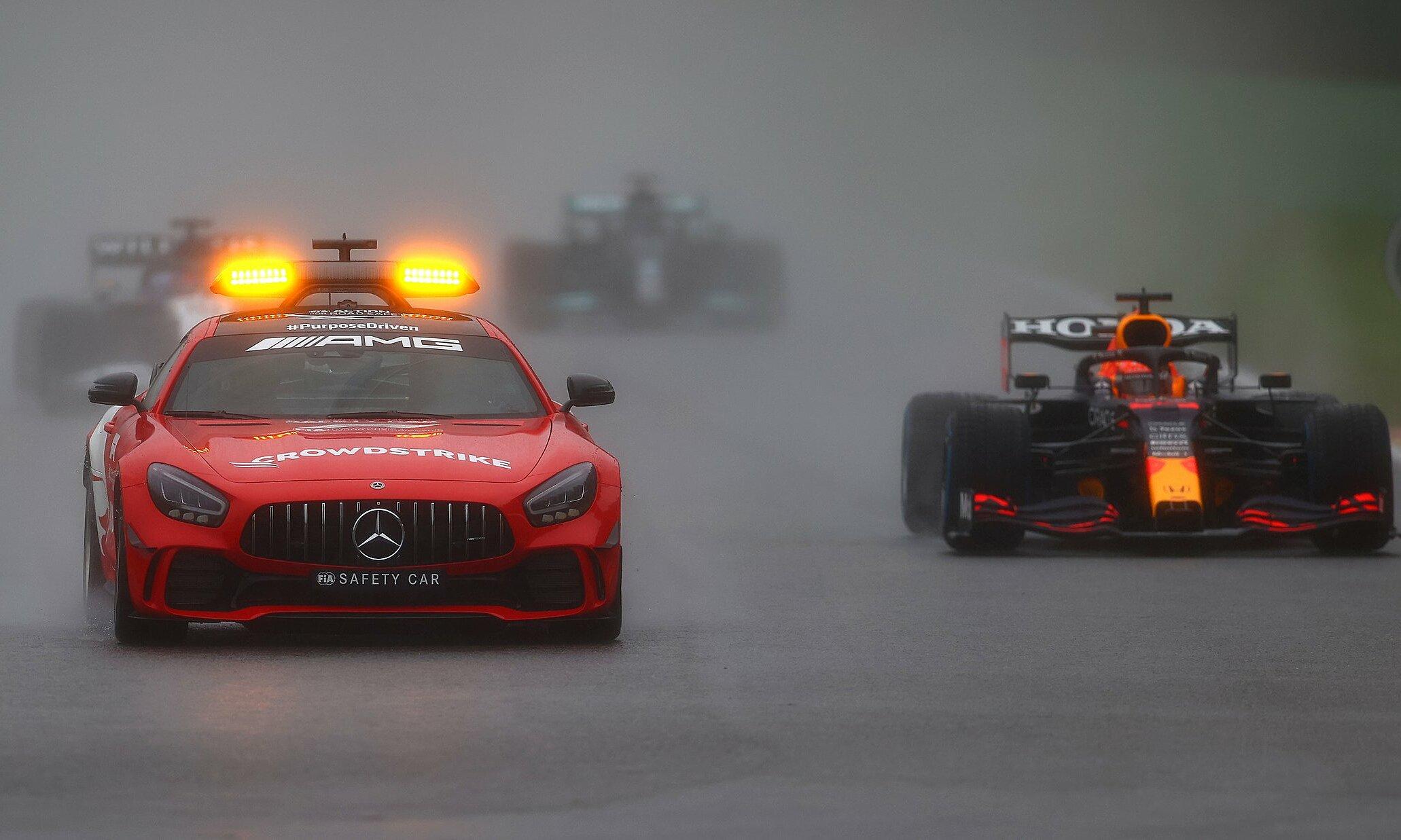 Việc các tay đua chạy sau xe an toàn, theo Masi, là cách để ban tổ chức F1 xem xét tình hình và chờ đợi thời tiết tiến triến thuận lợi hơn. Ảnh: F1