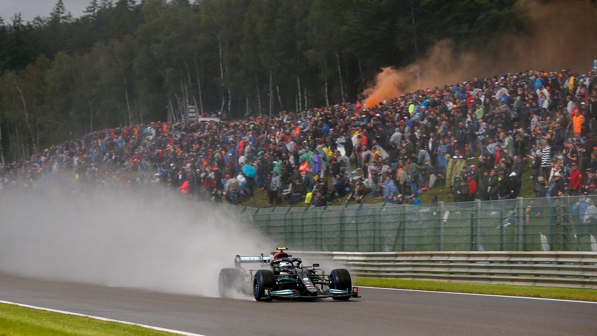 Lewis Hamilton ám chỉ F1 tham tiền, khi cố cho các tay đua ra chạy ba vòng sau xe an toàn, bất chấp thời tiết không đảm bảo. Ảnh: F1