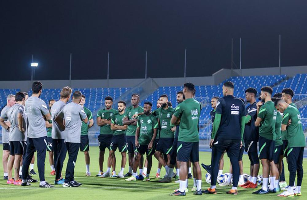 Herve Renard làm việc cùng cầu thủ Saudi Arabia trước buổi tập ngày 29/8. Ảnh: KSA