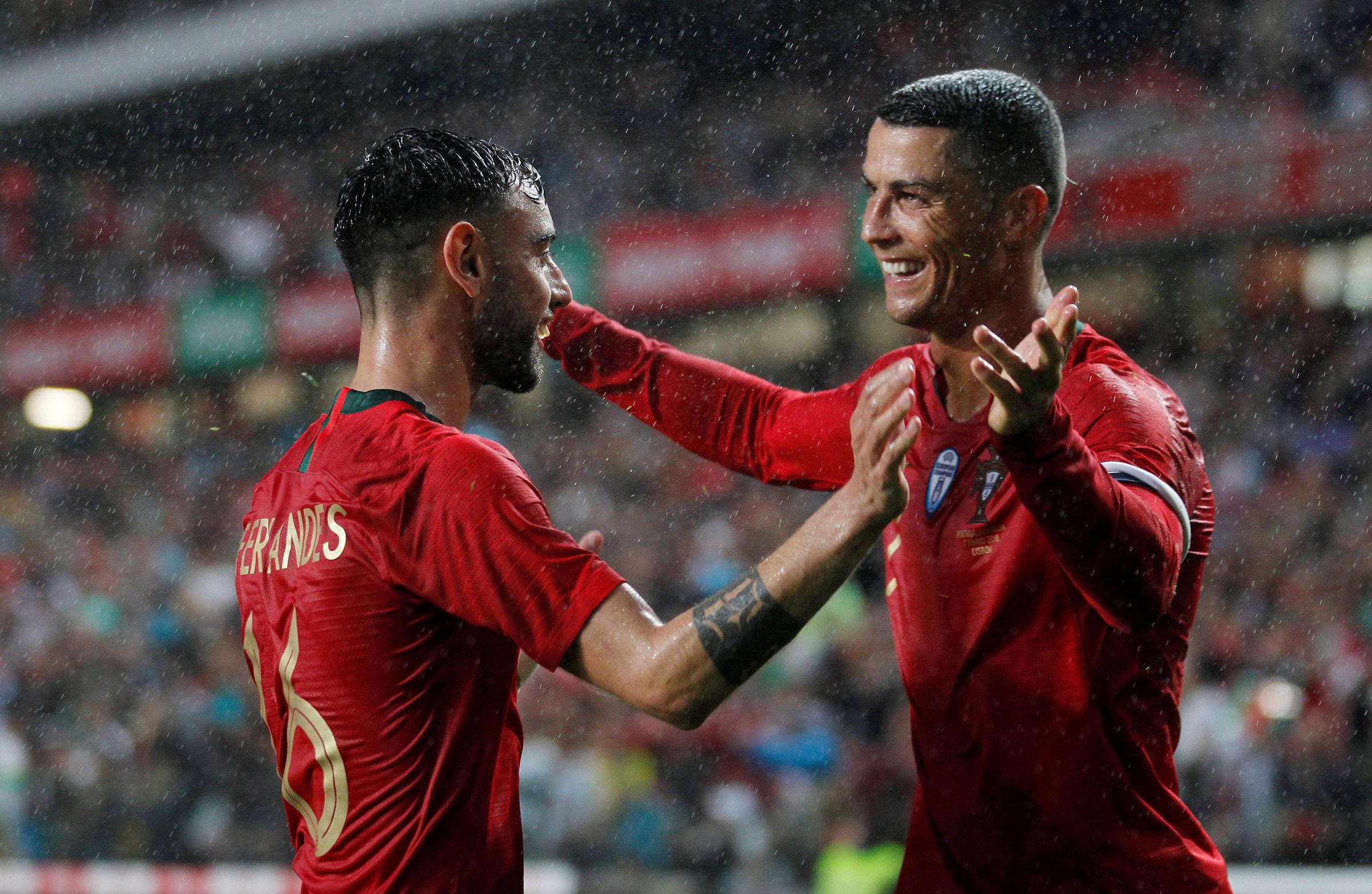 Fernandes sẽ phải san sẻ một phần trách nhiệm thực hiện các pha đá phạt với Ronaldo tại Man Utd. Ảnh: Reuters
