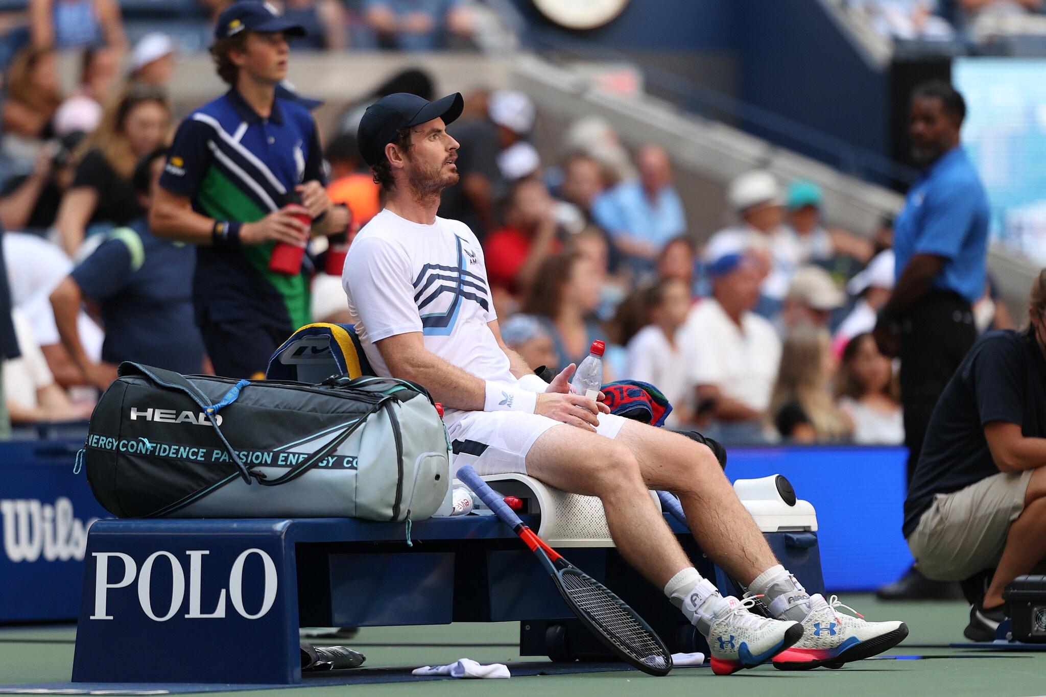 Murray ngồi chờ Tsitsipas đi vệ sinh ở trận đấu vòng một Mỹ Mở rộng hôm 31/8. Ảnh: US Open
