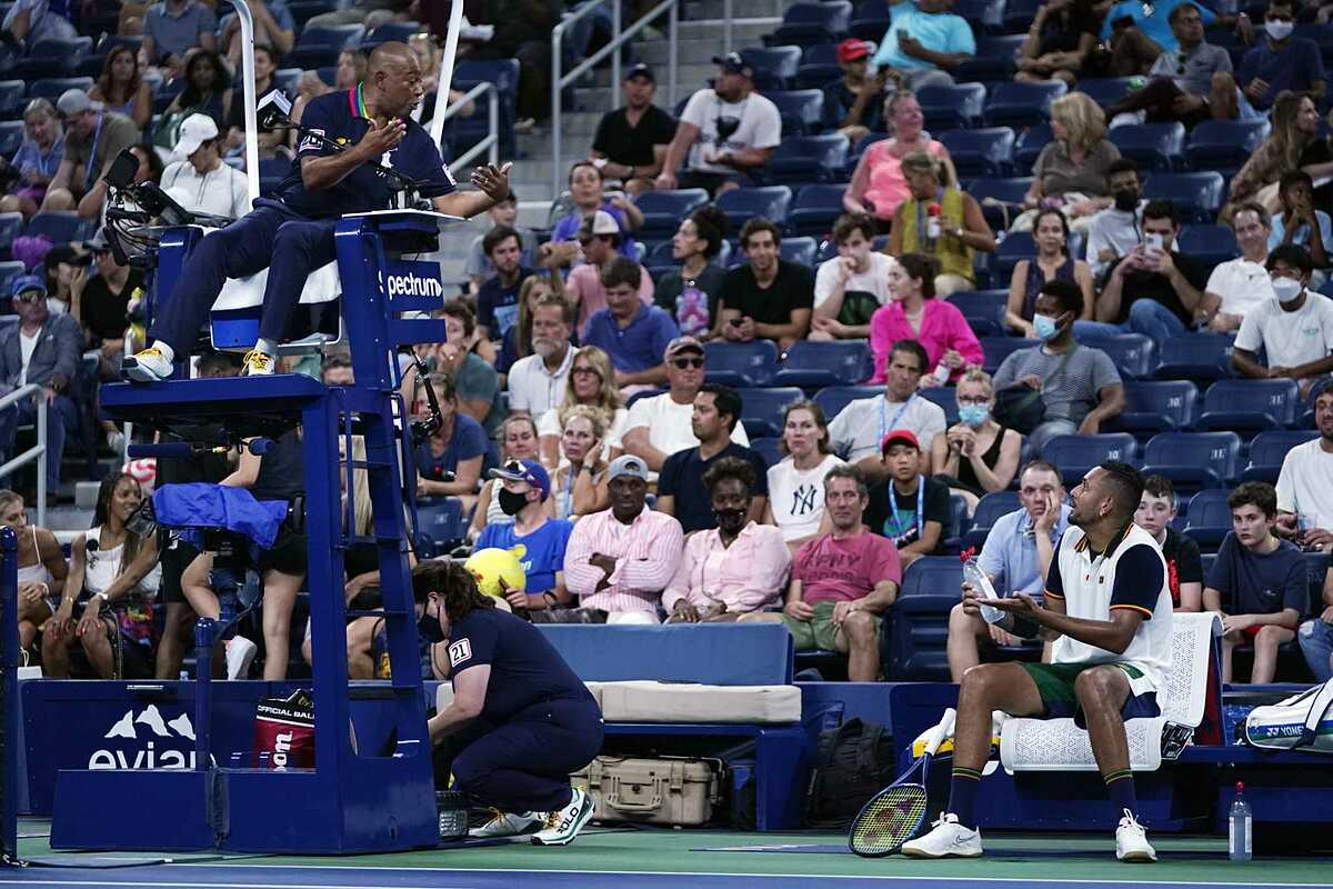 Kyrgios tranh cãi với trọng tài ở vòng một Mỹ Mở rộng, trước khi thua Roberto Bautista Agut 3-6, 4-6, 0-6. Ảnh: US Open