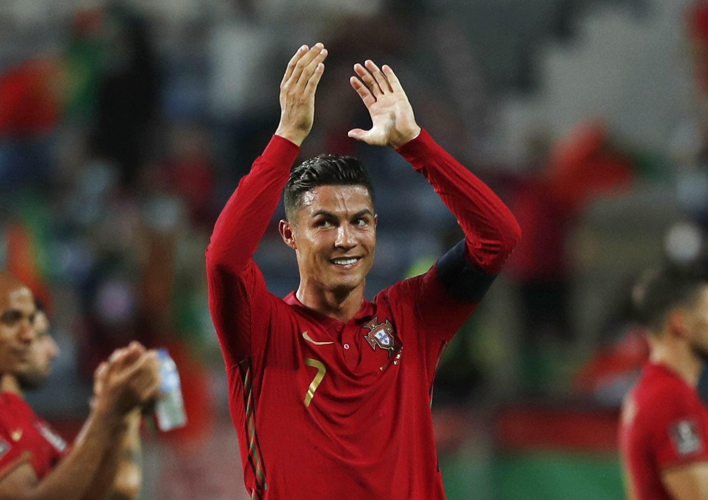 Ronaldo ăn mừng cũng các đồng đội sau trận thắng Ireland. Ảnh: Reuters