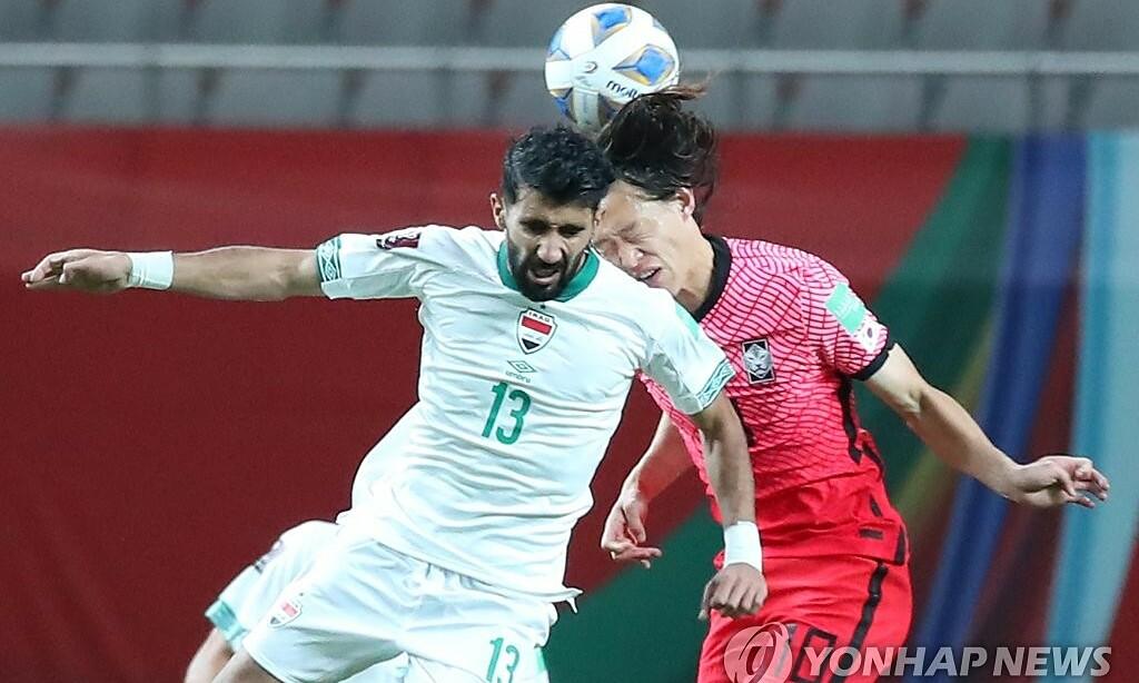 Tình huống Lee Jae-sung (phải) tranh bóng bổng với Bashar Resen. Ảnh: Yonhap News