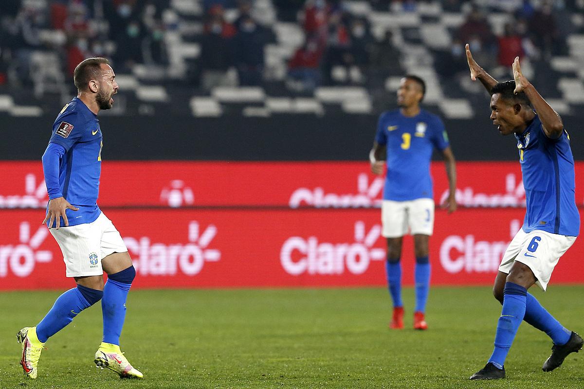 Everton Ribeiro (trái) mừng cùng đồng đội sau khi ghi bàn mở tỷ số. Ảnh: AS