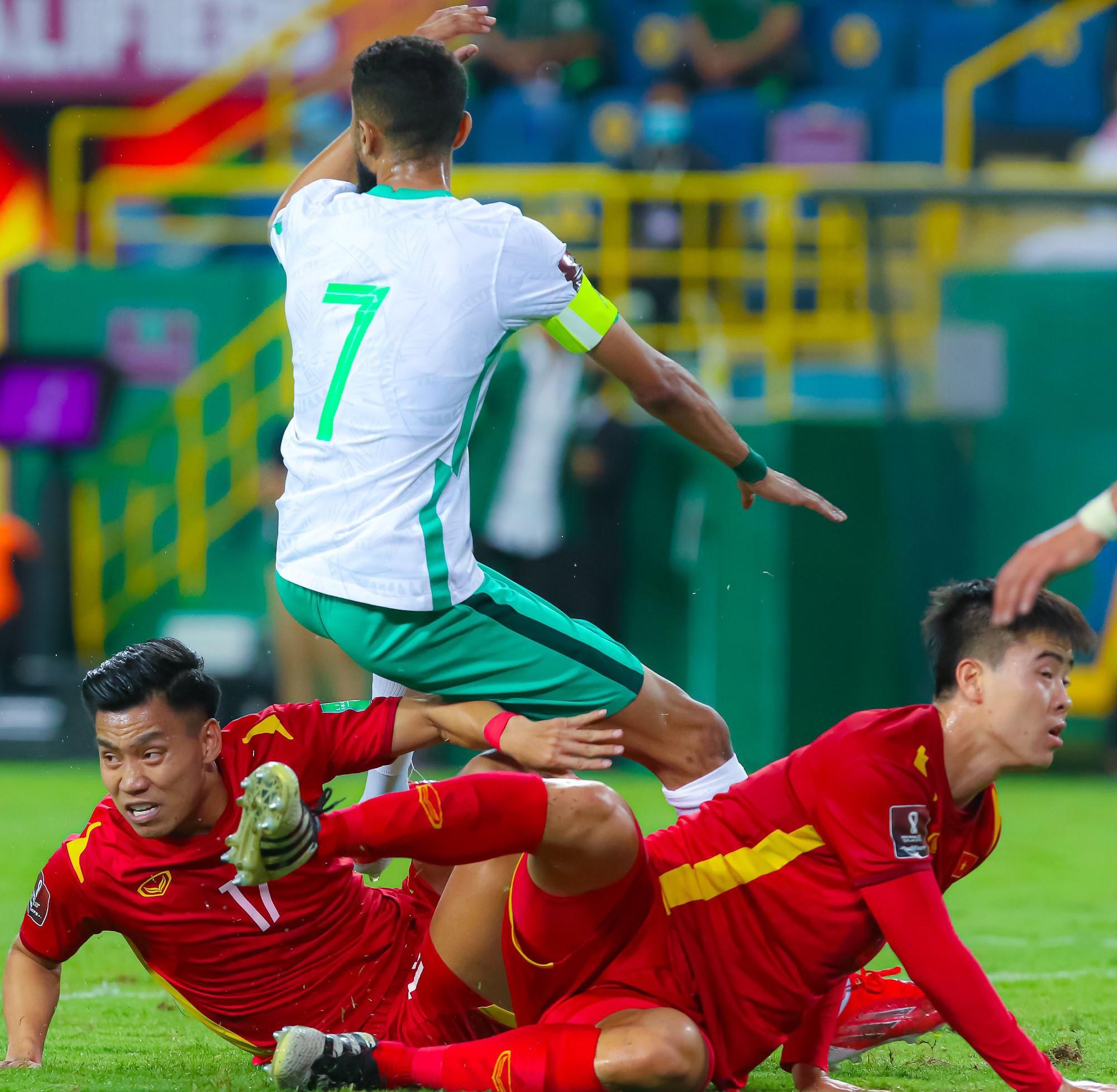 Al-Faraj khiếu nại trọng tài sau tình huống để bóng chạm tay của Duy Mạnh.
