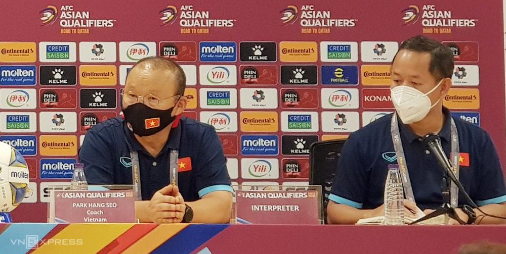 HLV Park Hang-seo (trái) trong buổi họp báo sau trận thua 1-3 trên sân của Saudi Arabia.