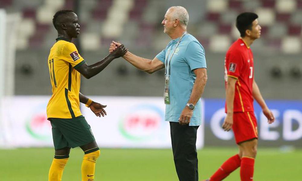 HLV Graham Arnold chia vui cùng các học trò sau trận thắng Trung Quốc 3-0 tại Qatar ngày 2/9. Ảnh: AFP