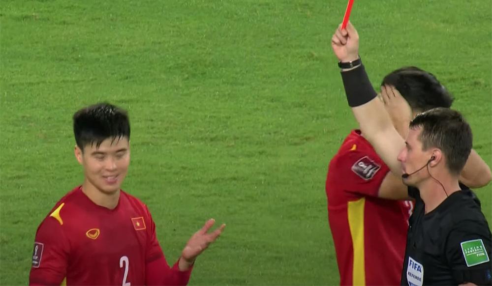 Duy Mạnh phải nhận liên tiếp hai thẻ vàng, bị truất quyền thi đấu trong trận Việt Nam thua 1-3 trên sân của Saudi Arabia.