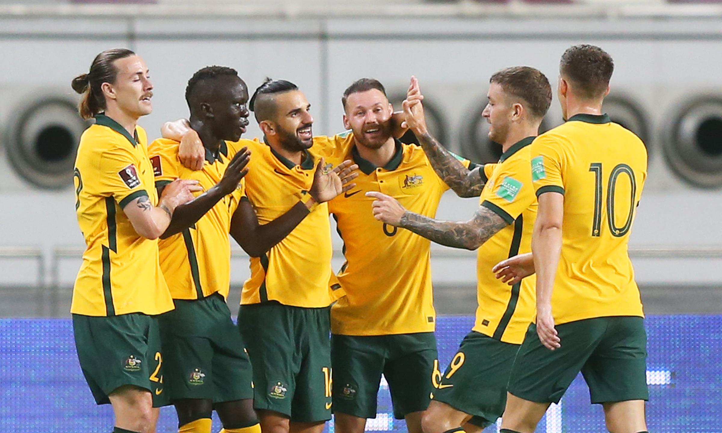 Các cầu thủ Australia chia vui với Mabil (thứ hai từ trái sang) sau bàn mở tỷ số. Ảnh: Socceroos