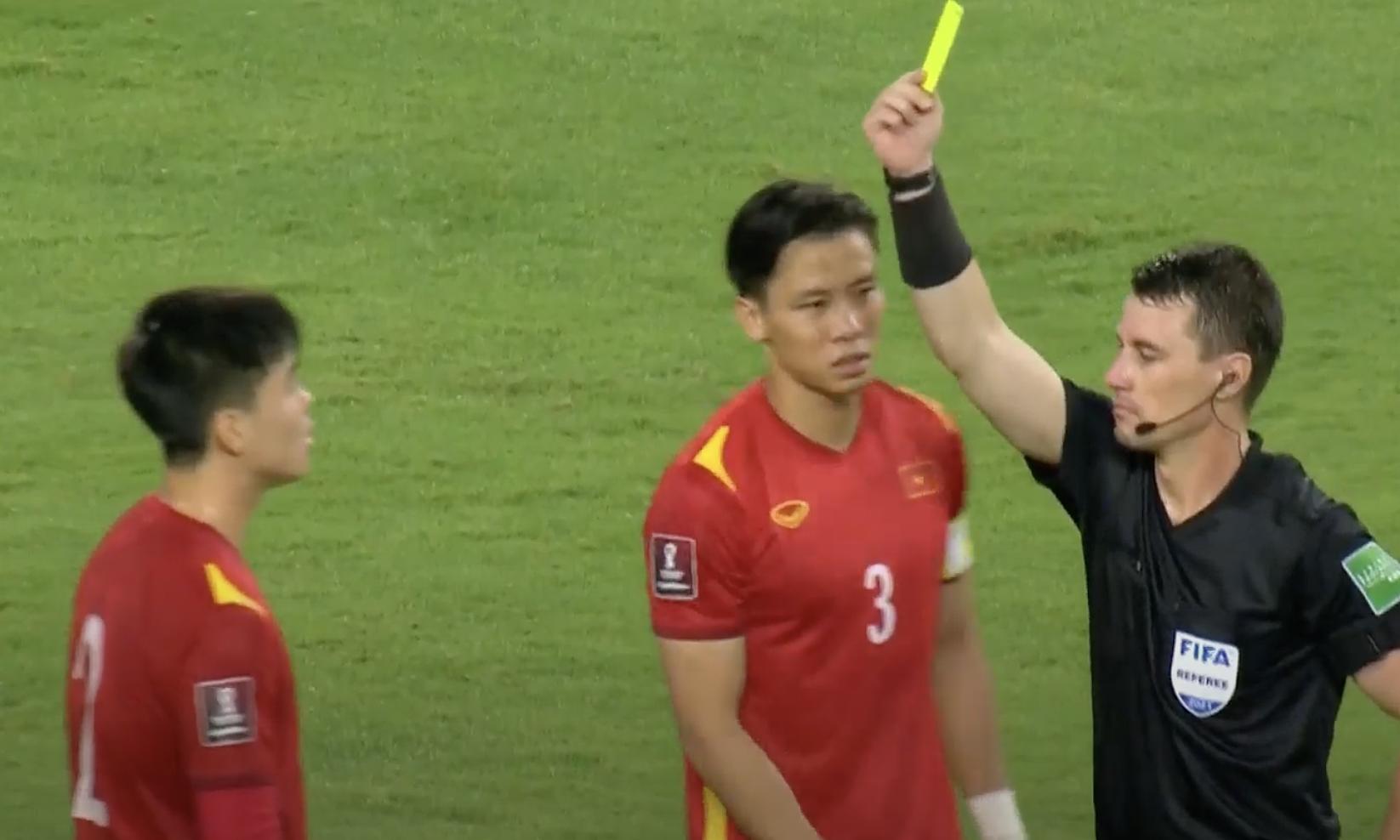 Trọng tài Tantashev rút thẻ vàng thứ hai cho Duy Mạnh, ở phút 54. Ảnh: chụp màn hình