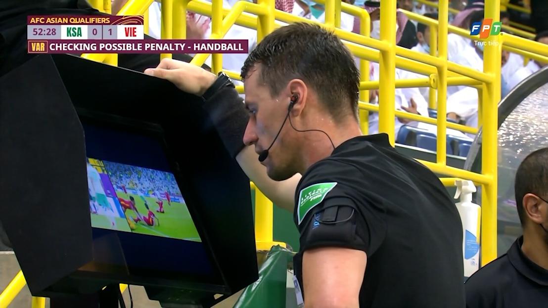Trọng tài Tantashev xem lại tình huống trong khoảng 1 phút 20 giây, với tốc độ phát chậm. Ảnh: chụp màn hình