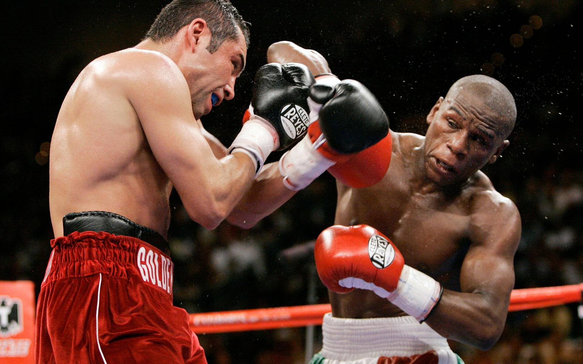 De la Hoya in a fight with Mayweather in 2007. Photo: AP