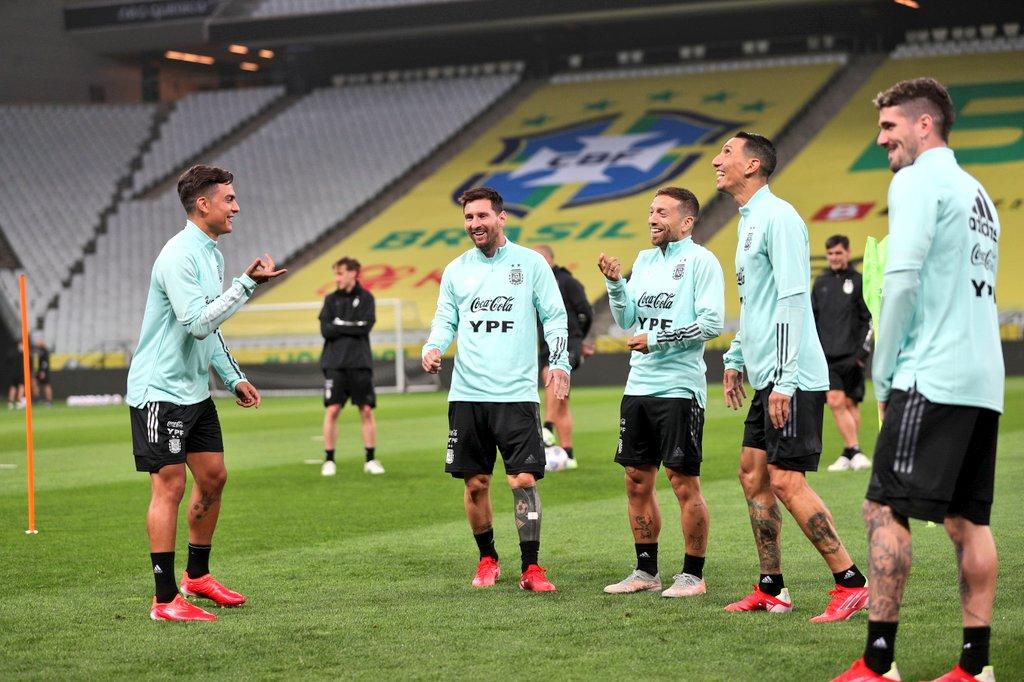 Messi và các đồng đội vui vẻ trong buổi tập làm quen sân thi đấu hôm 4/9. Ảnh: AFA