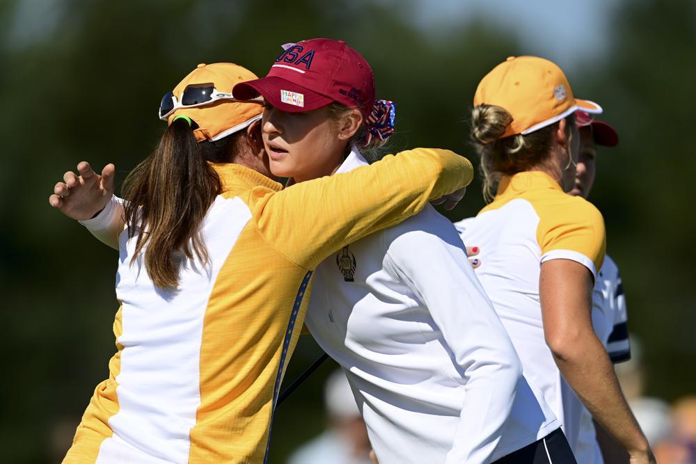 Nelly Korda ôm chúc mừng đối thủ Leona Maguire sau khi thua hố 14 trận foursome Solheim Cup hôm 5/9. Ảnh: AP