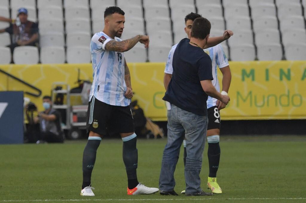 """เจ้าหน้าที่ทางการแพทย์ชาวบราซิลลงสนามเพื่อขอให้ผู้เล่นชาวอาร์เจนติน่าหยุดเล่น  ภาพถ่าย: """"Tyc Sports ."""""""