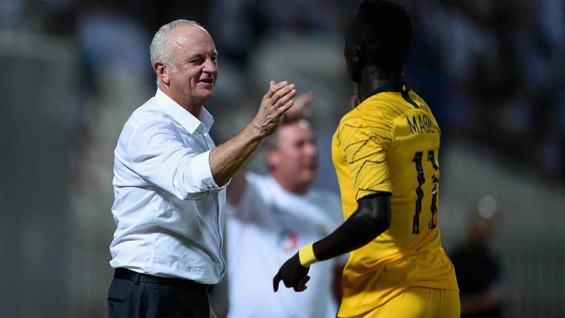 HLV Arnold chia vui với tiền đạo Mabil sau bàn mở tỷ số trong trận Australia thắng Trung Quốc 3-0 hôm 2/0. Ảnh: Socceroos